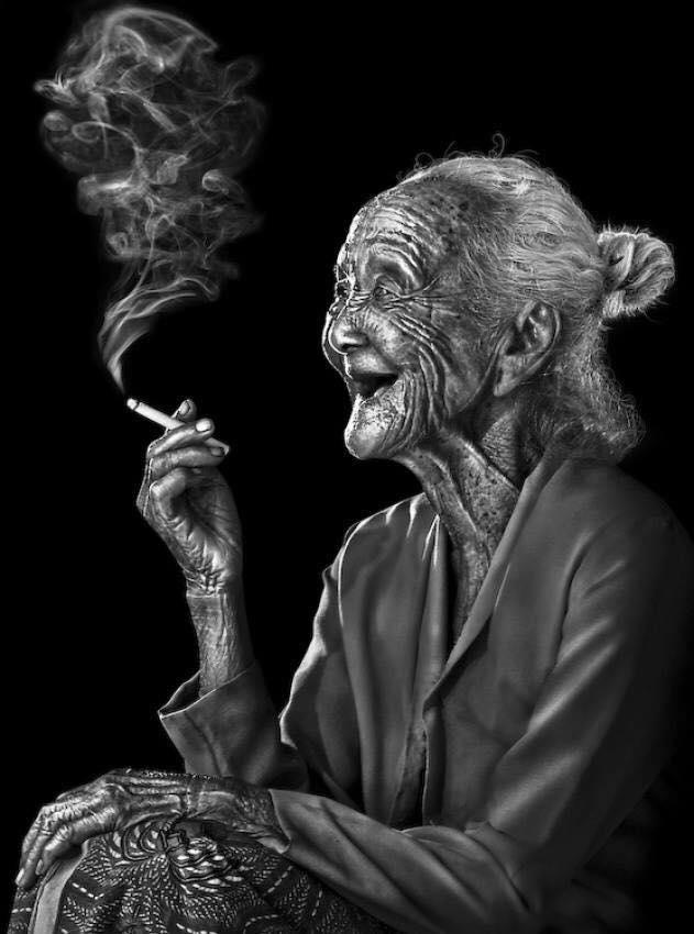 черно белая фотография курящая бабушка современное искусство
