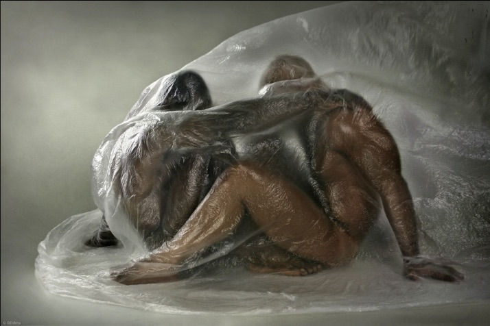 голый человек в пакете современное искусство фотография ddiarte