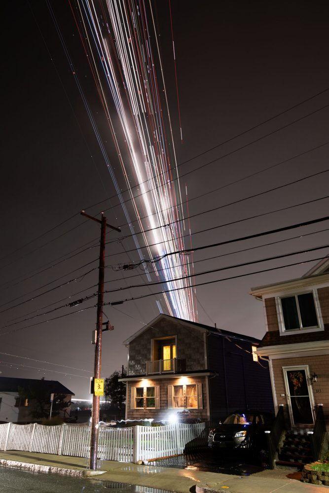 Современный фотограф Пит Мауни. Красивая фотография ночной дом и полосы от самолета